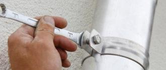 крепление водосточной трубы к стене